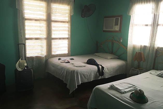 Habitación con dos camas dobles, baño privado, aire acondicionado y ventilador en Casa Ottoniel y Rosy en Viñales. Foto © Silvia Lucero