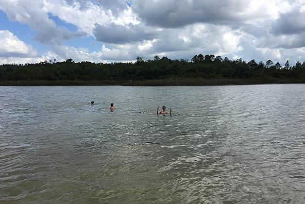 Refrescándonos un poco en el lago. Foto © Patrick Mreyen