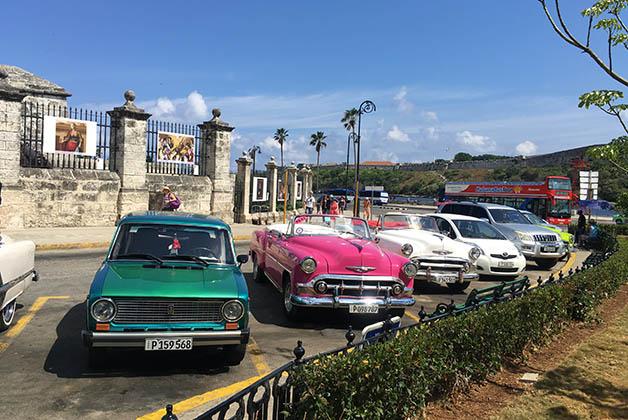 Como puedes ver hay autos viejos, clásicos antiguos, modernos y hasta un bus turístico. Foto © Silvia Lucero