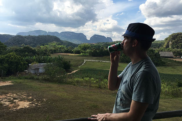 Tomando un break en la finca frente al Valle del Silencio. Foto © Silvia Lucero