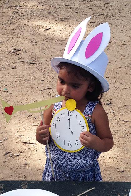 Ivanna jugó con todos los sombreros, máscaras y cartulinas. Foto © Silvia Lucero