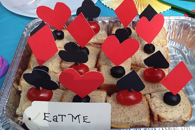 Los sándwiches representaban al ejército de naipes de la Reina de Corazones. Foto © Silvia Lucero