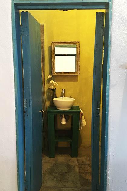 Entrada al baño. Estaba muy amplio y cómodo, pero me gustó como han pintado las puertas y ventanas en tonos azules y verdes. Foto © Silvia Lucero