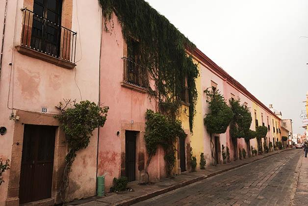 Esta calle del centro histórico me encantó con sus casas en diferentes tonos pastel. Foto © Silvia Lucero