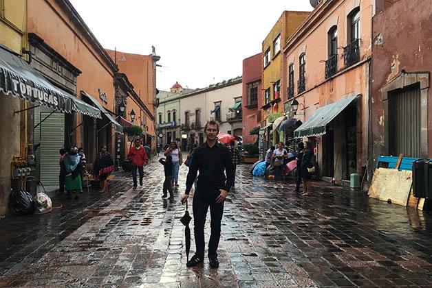 La lluvia no nos detuvo para salir a caminar por el centro histórico. Foto © Silvia Lucero