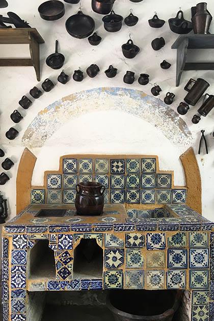 A la entrada puedes ver esta cocina antigua con Talavera. Foto © Silvia Lucero