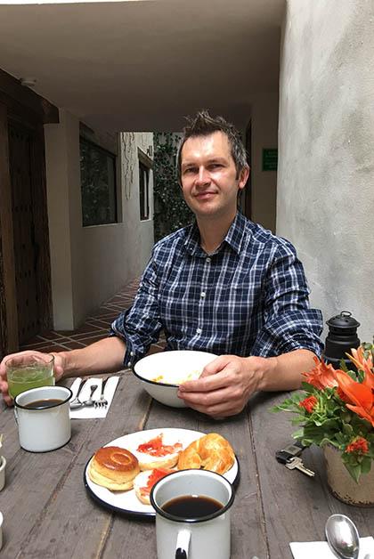 Disfrutando el desayuno con Patrick. Foto © Silvia Lucero
