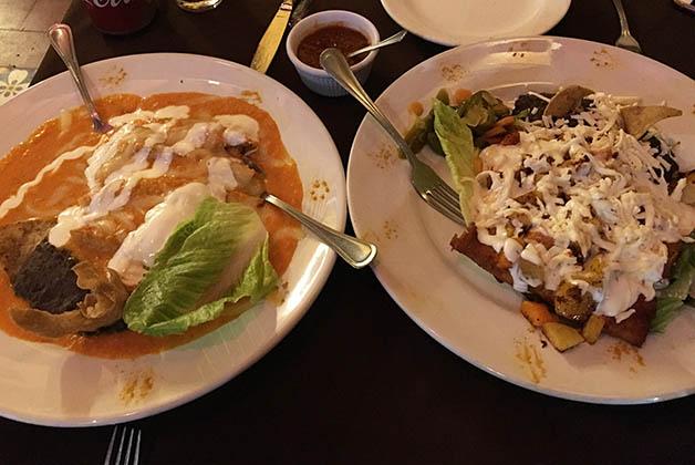 Enchiladas con nata y enchiladas queretanas en el restaurante Las Monjas. Foto © Silvia Lucero