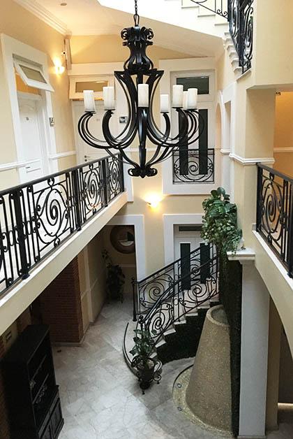 Las escaleras del hotel. Foto © Silvia Lucero