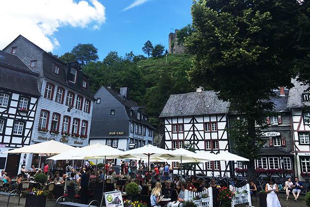 La plaza llena de vida con sus terrazas, rodeada de edificios hermosos. Foto © Silvia Lucero