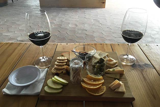 Los quesos son deliciosos, nuestra tabla acompañada por cerveza artesanal local. Foto © Silvia Lucero