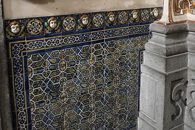 Todo en la Capilla del Rosario tiene una explicación. Esas cuentas en azulejo, son los misterios, si los siguieras por toda la capilla, podrías rezar el Rosario. Foto © Silvia Lucero