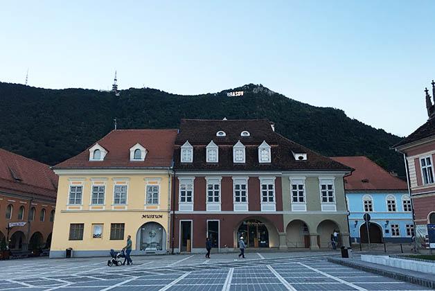 El nombre de Brasov figura en lo alto de la montaña. Foto © Silvia Lucero