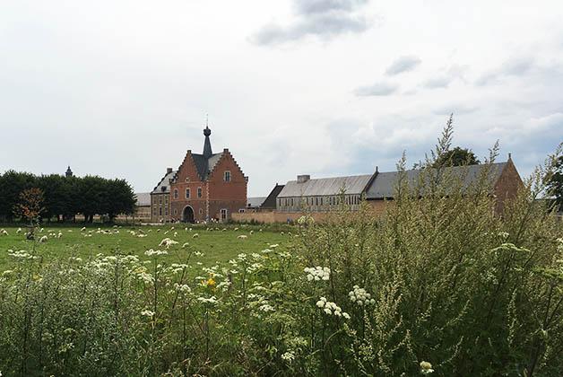 Caminando rumbo a la abadía Herkenrode. Foto © Silvia Lucero
