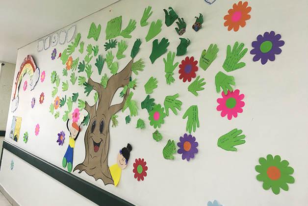 Una pared dedicada a los trabajos de los niños. Ese día tenían manos con mensajes positivos. Foto © Silvia Lucero