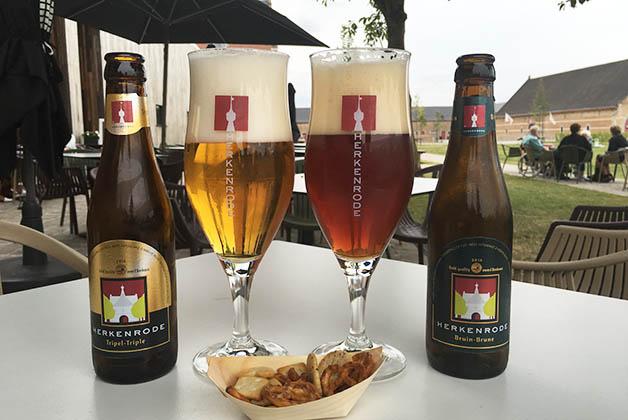 Las cervezas artesanales de la abadía que probamos. Foto © Silvia Lucero