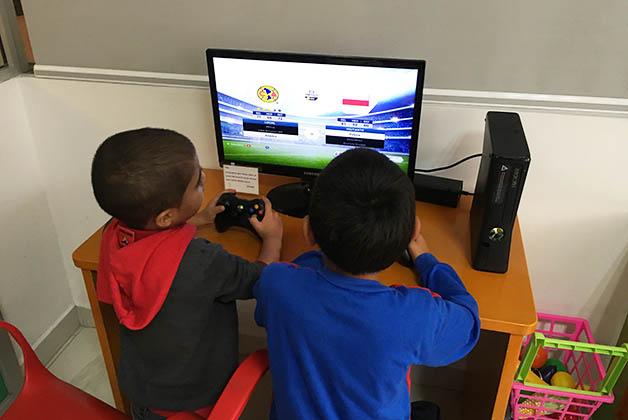 También pueden jugar en las computadoras. Foto © Silvia Lucero