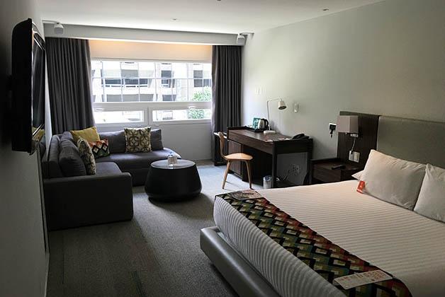 Nuestra cómoda habitación en el Room Mate Valentina. Foto © Silvia Lucero