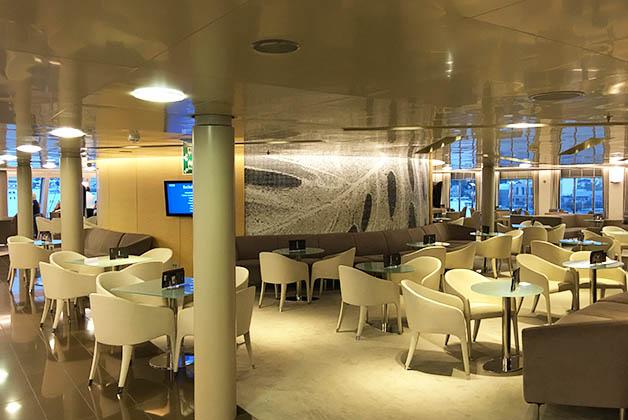 Mesas en la primera clase de Blue Star Ferries. Foto © Silvia Lucero