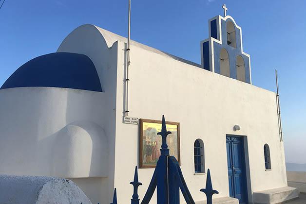 Iglesia en el camino de Fira a Imerovigli. Foto © Patrick Mreyen
