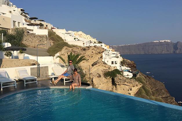 En la piscina de nuestro hotel en Oia, el Secret Santorini Suites & Spa. Foto © La Trotamundos