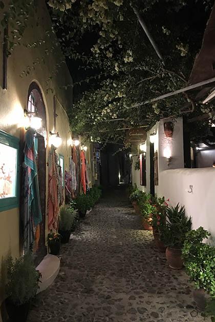 Esta calle era tan bonita, ahí habían varios restaurantes, incluyendo el Karma, donde cenamos. Foto © Patrick Mreyen
