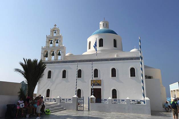 Catedral ortodoxa de Oia. En esa plaza se grabó una de las escenas de la película Mamma Mia! Foto © Silvia Lucero