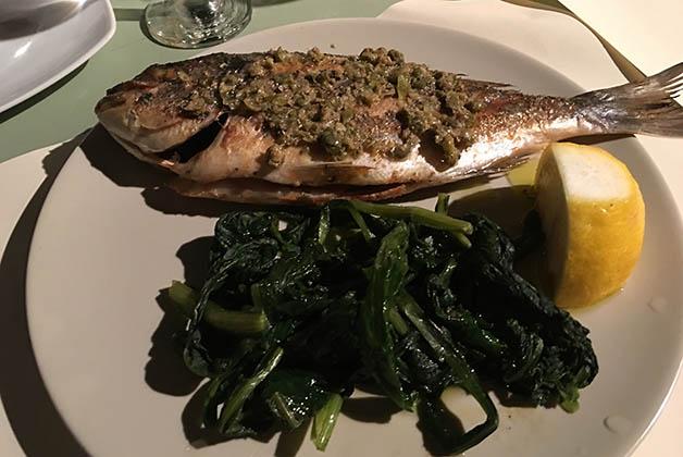 Cena deliciosa en Oia. Foto © Patrick Mreyen