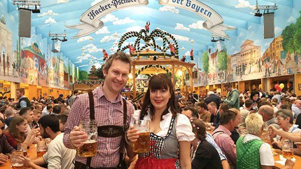 Patrick y yo en la carpa Hacker del Oktoberfest en Munich. Foto © La Trotamundos