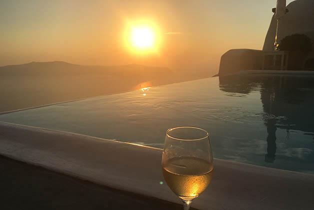 Atardecer en Imerovigli, acompañado de un vino blanco local. Foto © Patrick Mreyen