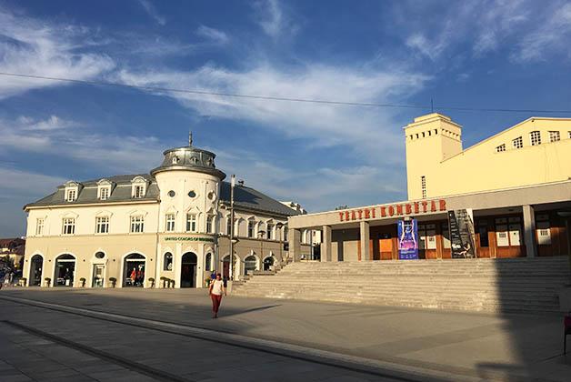 Teatro y comercios. Foto © Silvia Lucero