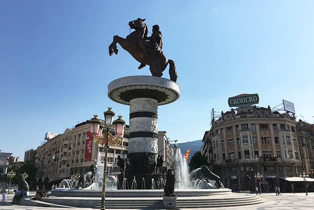 Plaza de Alejandro Magno, es enorme y causó controversia con Grecia. Foto © Patrick Mreyen