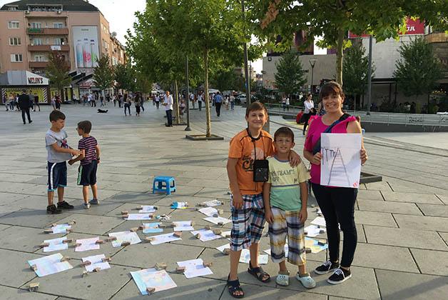 Con los dos pequeños pintores en Pristina. Foto © Patrick Mreyen