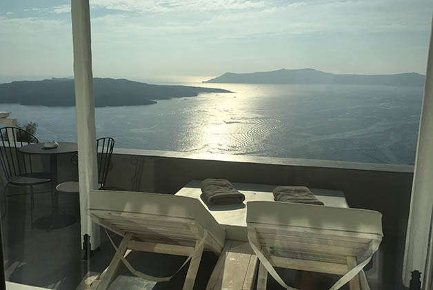 Nuestra terraza en el Santorini Honeymoon Suites en Fira. Foto © Silvia Lucero