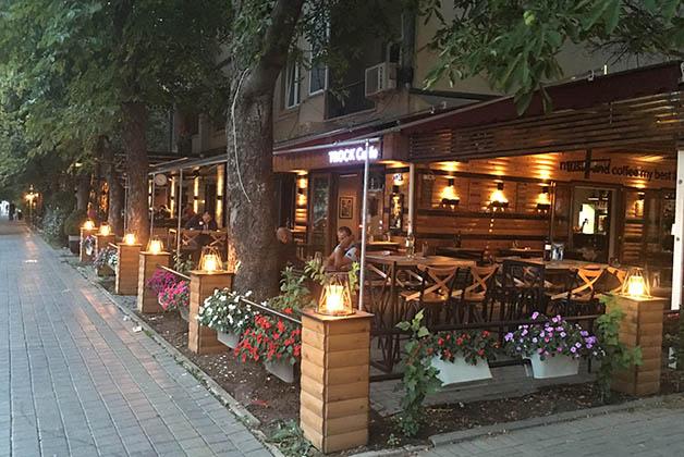 En Pristina hay varias zonas con restaurantes y bares modernos y muy bonitos. Foto © Silvia Lucero