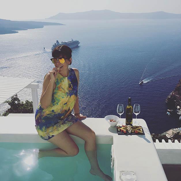 Difrutando de los quesos, el sol, la vista, del simple hecho de estar en Santorini. Foto © Patrick Mreyen