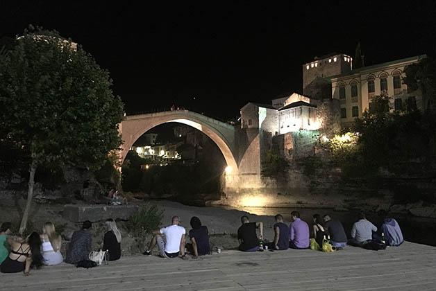 Abajo del puente es el punto de reunión de los jóvenes. Foto © Silvia Lucero