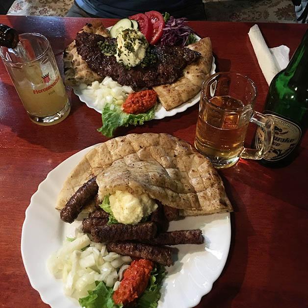 Probando los dos platos tradicionales Cevapcici y el Pljeskavica. Foto © Silvia Lucero