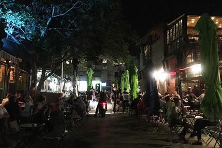 Zona de restaurantes y bares en Pristina, Kosovo. Foto © Patrick Mreyen