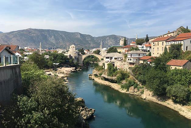 Mostar con su famoso puente al fondo. Foto © Silvia Lucero