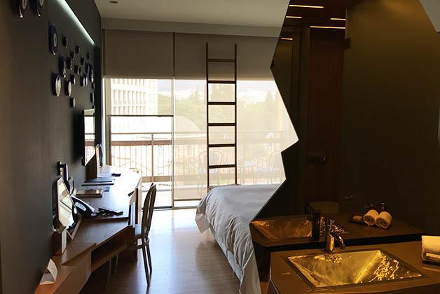 Nuestra habitación era preciosa, como en todo el hotel, predominaba el dorado y la madera. Foto © Patrick Mreyen