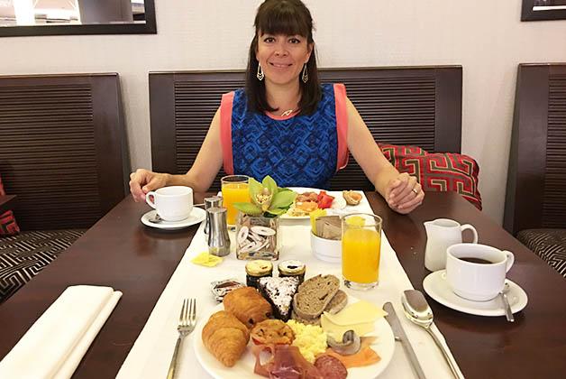 Desayunando antes de irnos del Sheraton. Foto © Patrick Mreyen