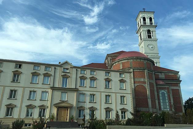 Catedral de la Madre Teresa en Pristina. Foto © Silvia Lucero