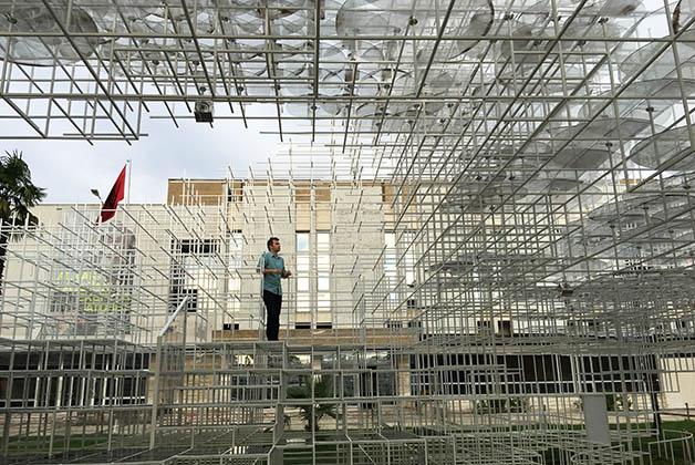 Patrick en la instalación 'The Cloud' de Sou Fujimoto. Foto © Silvia Lucero