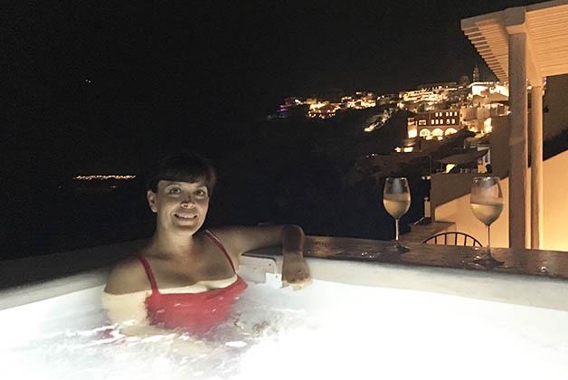 Disfrutando el vino griego y la noche en Fira. Foto © Patrick Mreyen