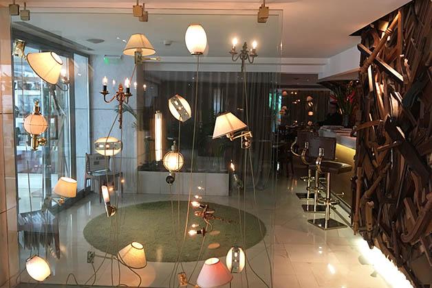 Había unas como cajas de vidrio en el restaurante y en el lobby, con lámparas como si flotaran. Foto © Patrick Mreyen