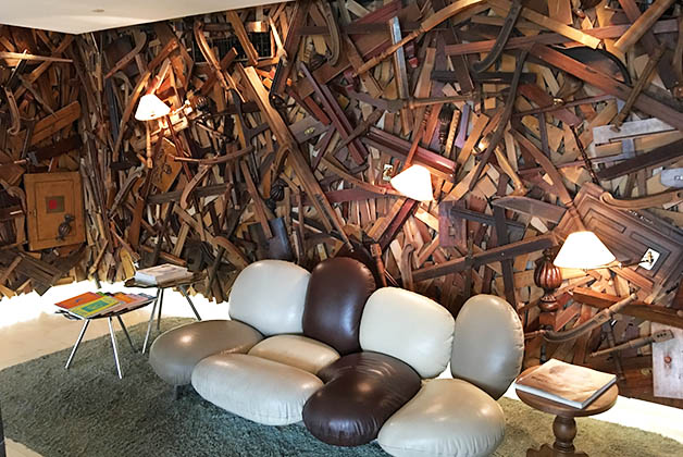 Uno de los sofás del lobby. Foto © Silvia Lucero