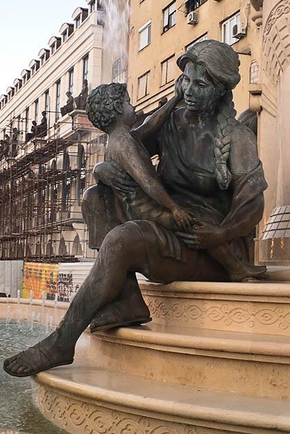 En esa parte sí vi estatuas de mujeres, bueno al menos en una fuente y estaban dedicadas a la maternidad. Hermosas. Foto © Silvia Lucero