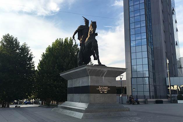 Monumento a , con el edificio de la ONU al lado. Foto © Silvia Lucero