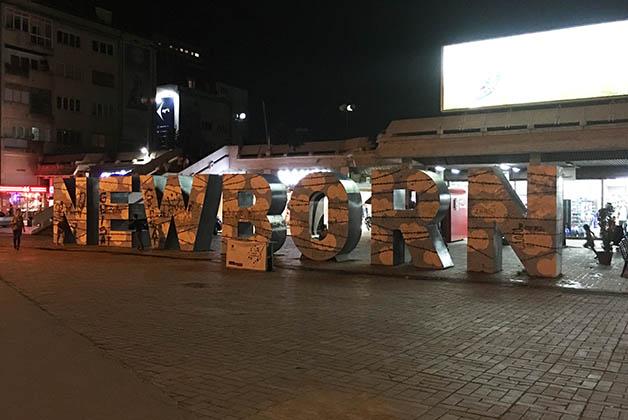 Monumento Newborn, desvelado cuando se declaró la independencia de Kosovo. Foto © Silvia Lucero